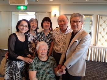 還暦石川グループと母.JPG